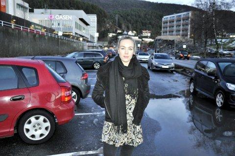 Oppgitt: Jenny Skår (28) fortviler over at innfartsparkeringsplassene ved Oasen fjernes.Foto: Mats Myredal