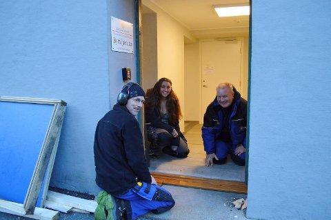 Steinar Rognsvåg (t.v.) har her fått god hjelp av kollega Ronny Langhelle og Helene Nilsen som er utplassert fra Laksevåg videregående og skal bli snekker. (Foto: TOM R. HJERTHOLM