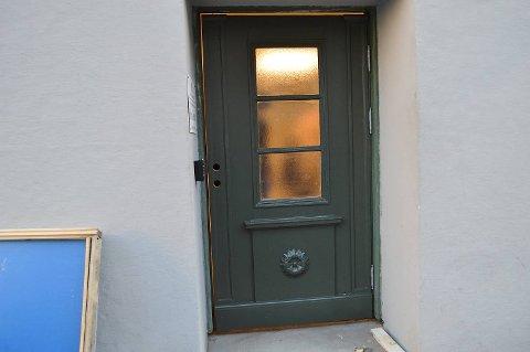 Den nye døren som er bygget om, er på plass. Dermed kan også  rullestolbrukere komme seg inn og opp i andreetasjen. (Foto: TOM R. HJERTHOLM)