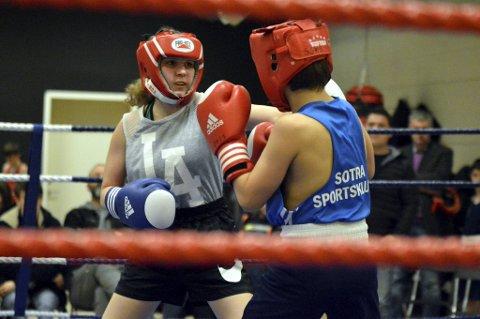 Aleksandra Jaroszynska (Bergen Sør Bokseklubb) og Magnus Berge Kvamsdal (Sotra Sportsklubb) gikk en tøff kamp, uten at de ble uvenner av den grunn. – Det er konkurranse i ringen, men likevel er det et godt miljø og vi backer opp hverandre utenfor ringen, sier Jaroszynska (t.v.).