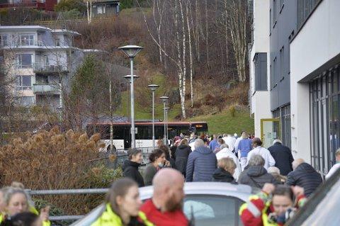 Fyllingdalen sykehjem fikk også inn en buss for å gi rom til de eldre som måtte evakueres.