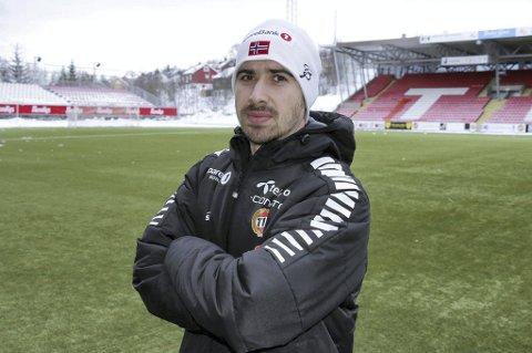 Amerikaneren Bryant Lazaro snakker engelsk og spansk. Han har vært i flere spanske toppklubbers akademier, han har UEFAs pro-lisens, og kommer nå til Ågotnes fra det kalde nord. Der har han vært i Tromsøs akademi og senest vært hovedtrener for Alta.