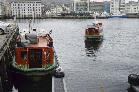Beffen-eier Linda Holmedal forlanger to millioner kroner for Beffen-fergene. Til venstre ligger den elektriske                              fra 2014, som har hatt mye vansker med motorsystemet. Til høyre seiler dieseldrevne Beffen.