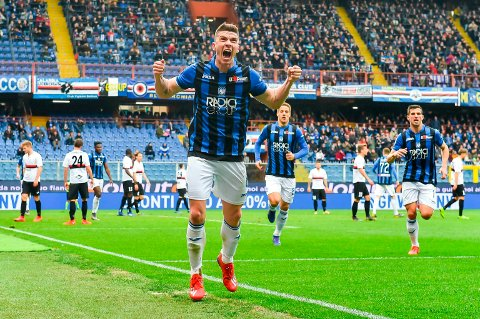 Atalanta og Robin Gosens slåss om en plass i Champions League neste sesong. Her jubler Gosens etter å ha scoret mot Sampdoria på bortebane tidligere denne sesongen. (Simone Arveda/ANSA via AP)
