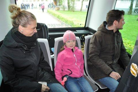 Ingunn Hoel Bjorå og datteren Ingeborg syntes det var artig å kjøre buss uten sjåfør.