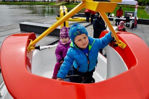 Laurits Knudsen Berg (3) og kusinen Hedda Krohn Knudsen (3) lekte med maskoten til Redningsselskapet, den velkjente Elias-båten.