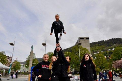 Storm Bergen Cheerleading, holder til på Nykrohnborg. Fra venstre: Ylva Olsen-Solheim (11), Hanne Vik Rye (12), Natalie Neteland (12) og Vilde Dyrdal (13) med Christin Henriette Havneraas (11) på toppen. Bak: Martine Haugeland