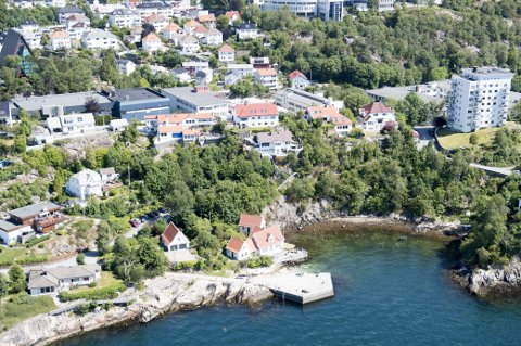 De to fabrikkbygningene til høyre for det blå bygget midt i bildet skal rives for å gi plass til Bonavas nye boligprosjekt Biskopshus.