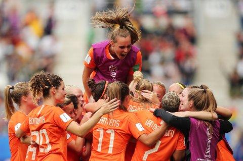 Nederlandsk jubel etter at Anouk Dekker har sørget for 1-0 i den siste gruppespillkampen mot Canada. Nederland vant tilslutt kampen 2-1.  (AP Photo/Francisco Seco)