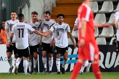 Merk deg navnet først som sist: Luca Waldschmidt (nummer tre fra venstre).  SC Freiburg-angriperen har scoret halvparten av Tyskland sine 14 mål i mesterskapet, og scoringsmaskinen kan etter hvert bli en hit i Bundesliga. (Franco Debernardi/ANSA via AP)