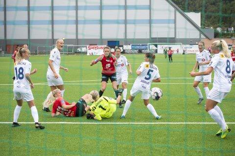 Sjelden vare: Kristin Risnes (i midten med rød trøye) er inne i sin fjerde sesong i Arna-Bjørnar, og i cupkampen mot Stabæk scoret hun for første gang for klubbens A-lag. Da scoret hun like så greit to mål, men hun «tror ikke vi skal håpe for mye» på at hun blir en fast målscorer fremover. Arna-Bjørnar er klare for kvartfinale etter 3-2-seier.FOTO: ANDERS KJØLEN