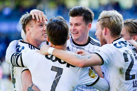 Alexander Søderlund gratuleres av lagkameratene etter at han scoret i hjemmekampen mot Mjøndalen.  Foto: Ole Martin Wold / NTB scanpix