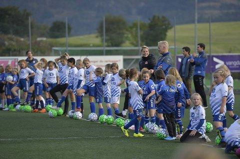 Patrik Hansson, Nora Neset Gjøen og Ingrid Marie Karlsen Spord trente 100 spillere fra Bjarg sine jentelag.