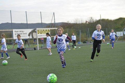 Clara Salen-Lunde (8) var en av de rundt 100 jentene som koste seg i det fine været på Stavollen onsdag.