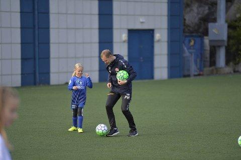 Sandviken-trener Patrik Hansson viser Mari Olava Eikenes Gravdal (7 år) hvordan man gjør det.