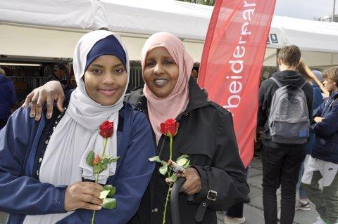 ROSER: Salma Shekh (t.v.) stemmer på fellesskapet. Sahra Elmi er usikker. FOTO: DAG BJØRNDAL