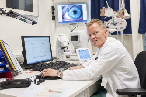 Overlege ved øyeavdelingen på Haukeland Sykehus, Nils Bull, forteller om smertefulle timer der legene må plukke ut en og en partikkel fra øyne skadet av fyrverkeri.
