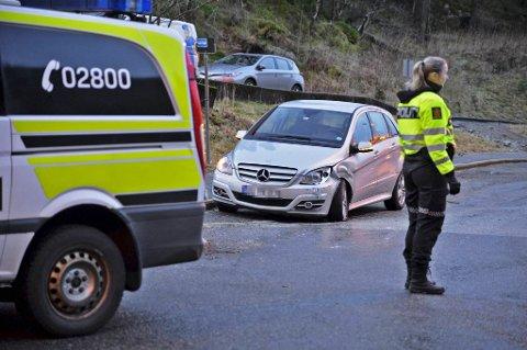 To biler kolliderte i Øyjordsveien tirsdag morgen. En kvinne ble sendt til sykehus etter ulykken.
