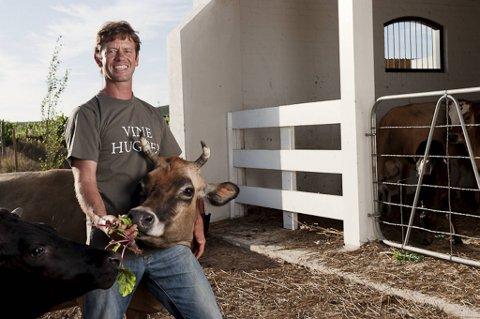 Vinmaker Johan Reyneke i Stellenbosch i Sør-Afrika driver biodynamisk. Det inkluderer kyr og andre dyr på gården, samt dyrking av grønnsaker og frukt – i tillegg til vin.
