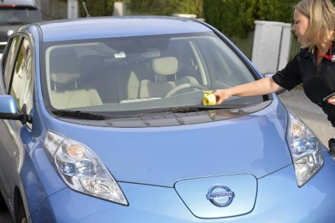 Parkeringsbot til en el-bil? Joda. Fra 1. oktober gjelder samme parkeringsregler for alle typer gjesteparkering – også el-biler – i etablerte boligsoner. Men el-biler kan fortsatt parkere gratis i egen beboersone, dersom de er registrert hos Bymiljøeteaten.
