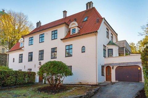 Boligen fra 1922 har Nordnesparken som nærmeste nabo. Nå er den til salgs for 15 millioner kroner. Det er boligen til høyre som selges.