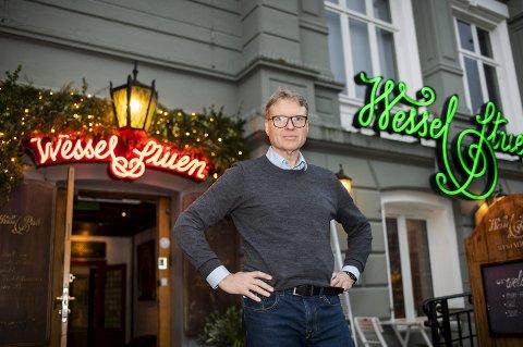 Eier Kjetil Smørås i De Bergenske åpner «Lille-Holberg» på Wesselstuen. Han er opprørt over at DNB setter opp leieprisen slik at det ikke lenger er mulig med drift av Holbergstuen på Torgallmenningen. FOTO: Agnieszka Iwanska