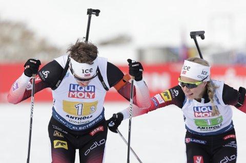 Blandet stafett 4x6 km. Tarjei Bø overtar stafettpinnen til tredje etapp  etter Tirill Eckhoff.  Foto: Berit Roald / NTB scanpix