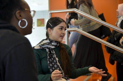 Deborah Kashafali og Nazifa Khan er elever på Årstad videregående skole. De synes skolen har gitt god informasjon om koronaviruset.