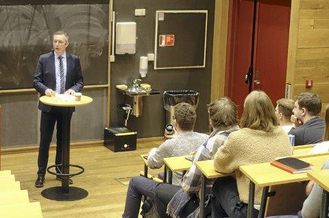 Under studentforedraget på UiB understreket Frank Bakke-Jensen at Forsvaret trenger smarte hoder for å møte den teknologiske utviklingen – og trusler utenfra. FOTO: EIVIND A. PETTERSEN