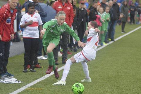 Norges fotballforbund håper de kan få igang barne- og ungdomsfotballen snart. Her er Lyngbøs Davide Myrvågnes Tetlie i fint driv under fjorårets Voss cup. Årets utgave er avlyst.