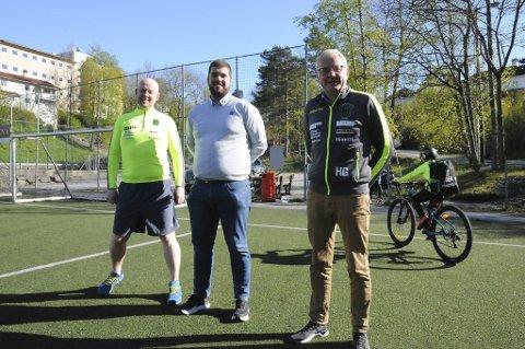 Trener Kjetil Knudsen, Rema 1000-kjøpmann Morten Iversen og lagleder Haakon Gaaserud lover en spesiell butikkåpning 13. august.