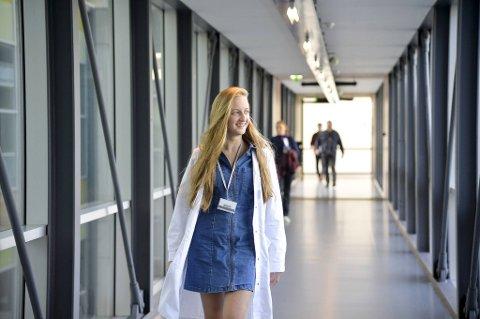 Iryna Kachmar (17) er den yngste medisinstudenten ved UIB. I tillegg er hun danser og snakker fire språk flytende.