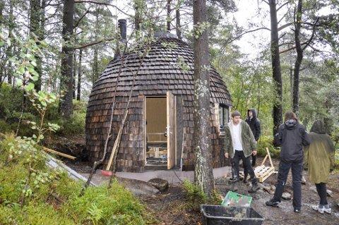 Den runde hytten bygges av studenter ved Bergen arkitekthøyskole og står snart ferdig.