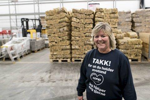 Selv om bergenserne oppfordres til å fyre minst mulig ved, går salget godt unna hos varehussjef Marianne Åse. på Obs Bygg i Åsane,