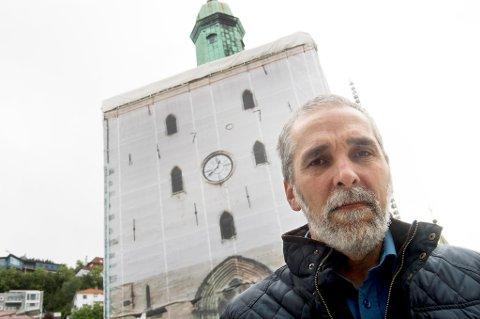 Kirkebyggsjef Arne Tveit foran Bergen domkirke, hvor det har foregått restaureringsarbeid de siste årene.