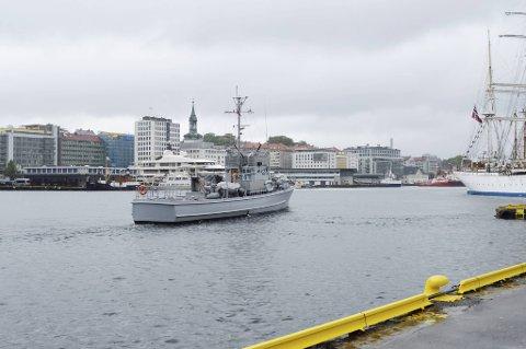 KNM Hitra – det flytende krigshistoriske museet i det båten seiler ut Vågen. Håpet er at KNM Hitra oftere bli å se nå i 2021. Uansett kommer båten til Shetlands-Larsens brygge 8. mai.