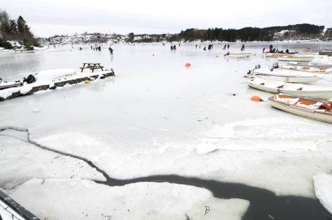 I kantene rundt isen på Fanafjorden har det begynt å sprekke opp.