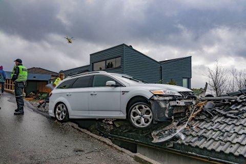 Bilen kjørte utfor veien og havnet på taket av en garasje ved Morviksanden.