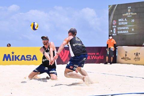 Anders Mol og Christian Sørum i aksjon under verdensserieturneringen i sandvolleyball i Cancún i Mexico denne uken.