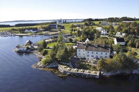 Biologen gjestehus ligger rett ved sjøen i Herdlevågen, rundt 35 minutters kjøring fra Bergen sentrum. Herdla kirke i bakgrunnen.