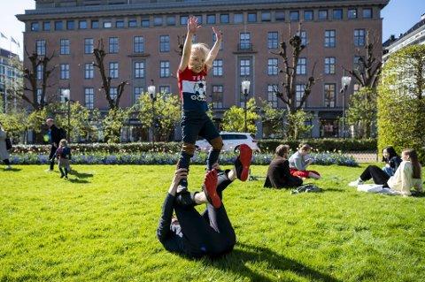Leo Solend-Rønningen (5) brukte pappa Kenneth som klatrestativ i solen i Byparken tirsdag.