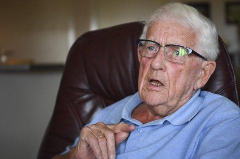 FRUSTRERT: Asbjørn Håland (92) mister hjemmehjelpen han har hatt i syv år, dersom byrådets forslag om å ta over hele hjemmehjelptjenesten går gjennom. Nå skaper planene debatt. Innfelt: BAs oppslag i går.FOTO: RUNE JOHANSEN