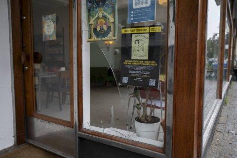 Ruten ved inngangsdøren til kafeen er knust. Daglig leder Marte Teigen, forteller at det hele er veldig leit.