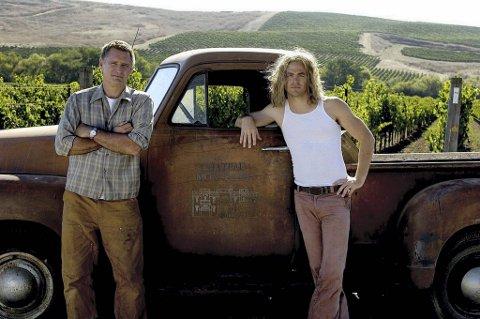 Bill Pullman (t.v.) som Jim Barrett, eier av Chateau Montelena og hans sønn Bo, spilt av Chris Pine, i en scene i filmen «Bottle Shock» (2008).