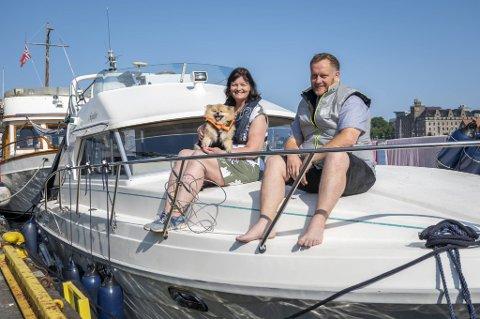 – Når vi ikke bruker båten selv i sommer, så leier vi den ut. Kun båtvante folk med båtførerbevis kommer i betraktning, sier Wiggo Lamela. Konen Rita holder hunden Sophie.