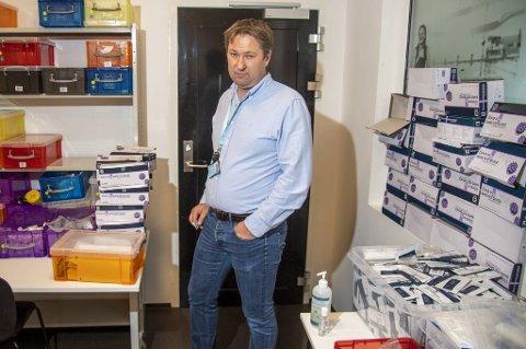 Rektor Lars Berntsen ved Amalie Skram videregående forteller at skolen har liggende 10 000 hurtigtester som kunne vært brukt for å avhjelpe kommunens testkapasitet.