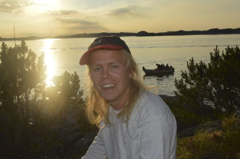 Om sommeren prioriterer Axel Vindenes å fiske, male og lage musikk - uansett vær. Her fra Utkantfestivalen 2018.