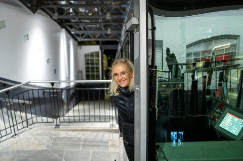 Vognfører Solveig Eikesdal har jobbet på Fløibanen siden 2017. Søndag kveld kjørte hun sine siste turer på lang tid. Det neste halvåret er banen stengt grunnet oppussing.