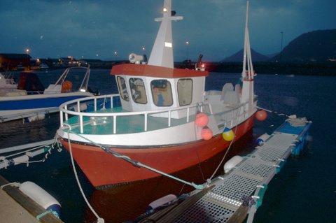 Sjarken er kjøpt i Rørvik og er 20 fot lang. Passe størrelse for Kristoffer. Han har allerede hatt flere sjøvær på sjarken sin. (Foto: Trond K. Johansen)