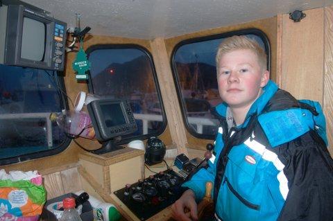 Kristoffer Rognan (14) er Øksnes' yngste sjarkfisker med egen sjark. Rekruttert gjennom tungeskjæring og turer på havet med pappa. (Foto: Trond K. Johansen)